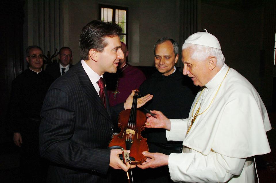 Matteo Fedeli mostra a Papa Benedetto XVI uno Stradivari