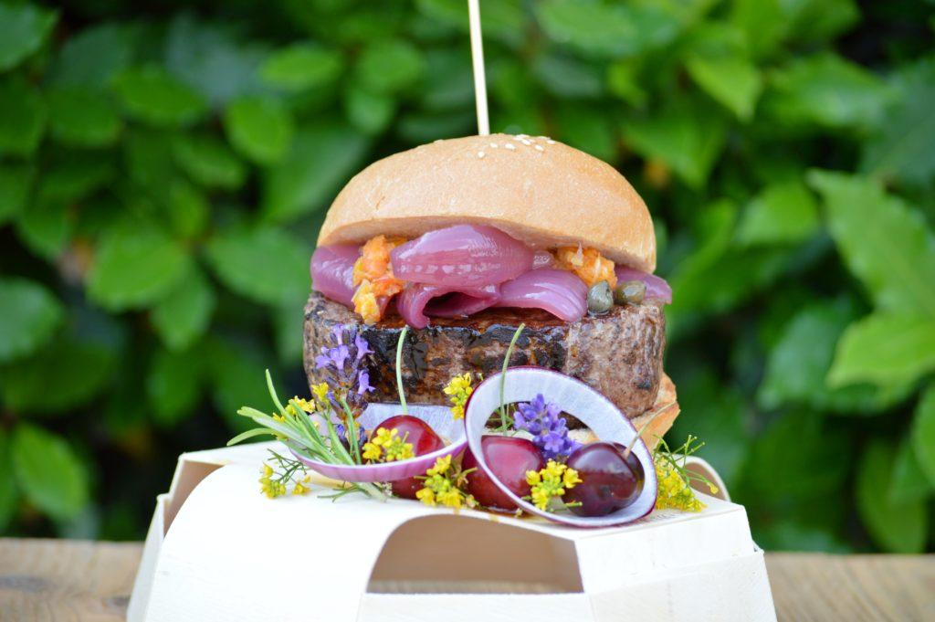 burger-gourmet-cipolla-viola-capperi-salsa-di-Morgan1