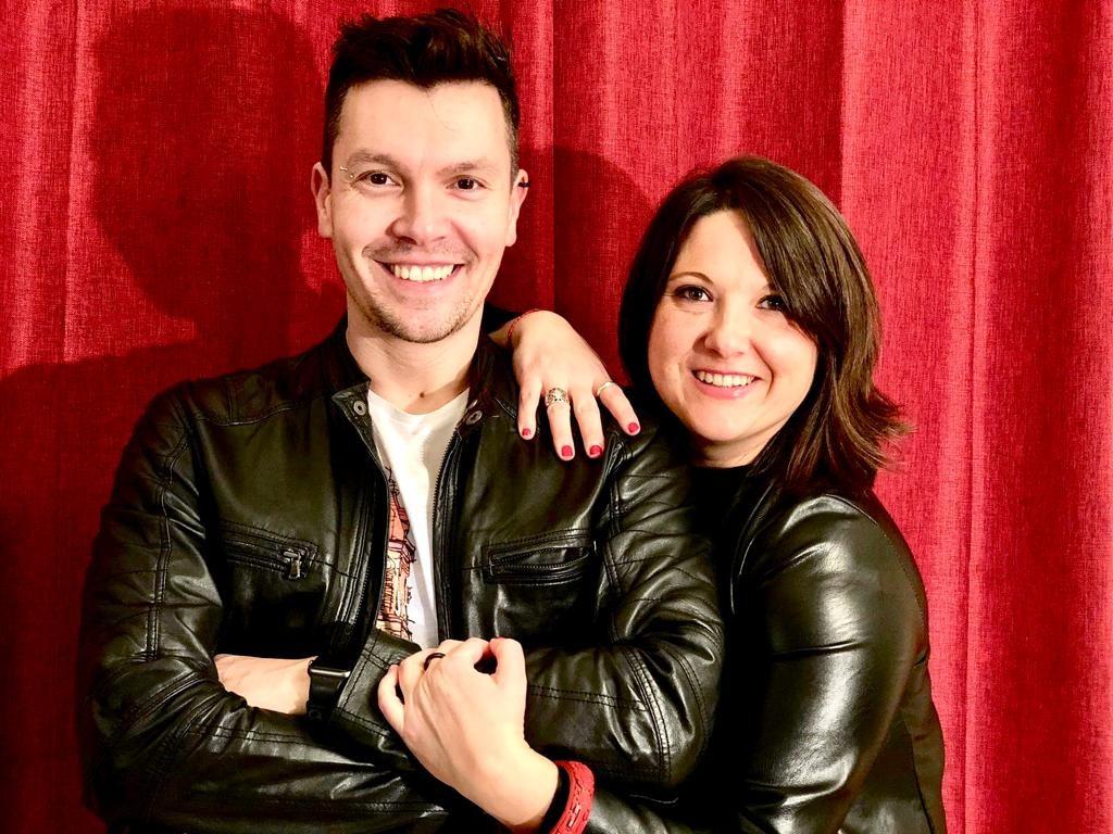 Romina con Christian Dallari, regista e presentatore del team L'Ordinario durante la trasmissione dedicata a Sanremo