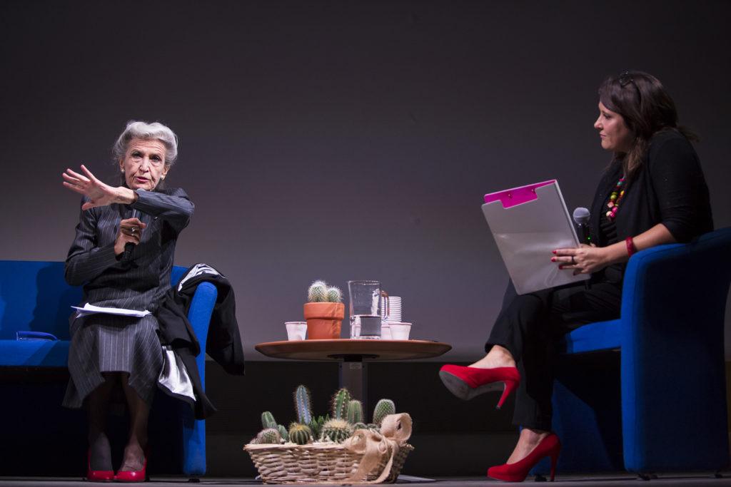 Romina durante una serata con Barbara Alberti
